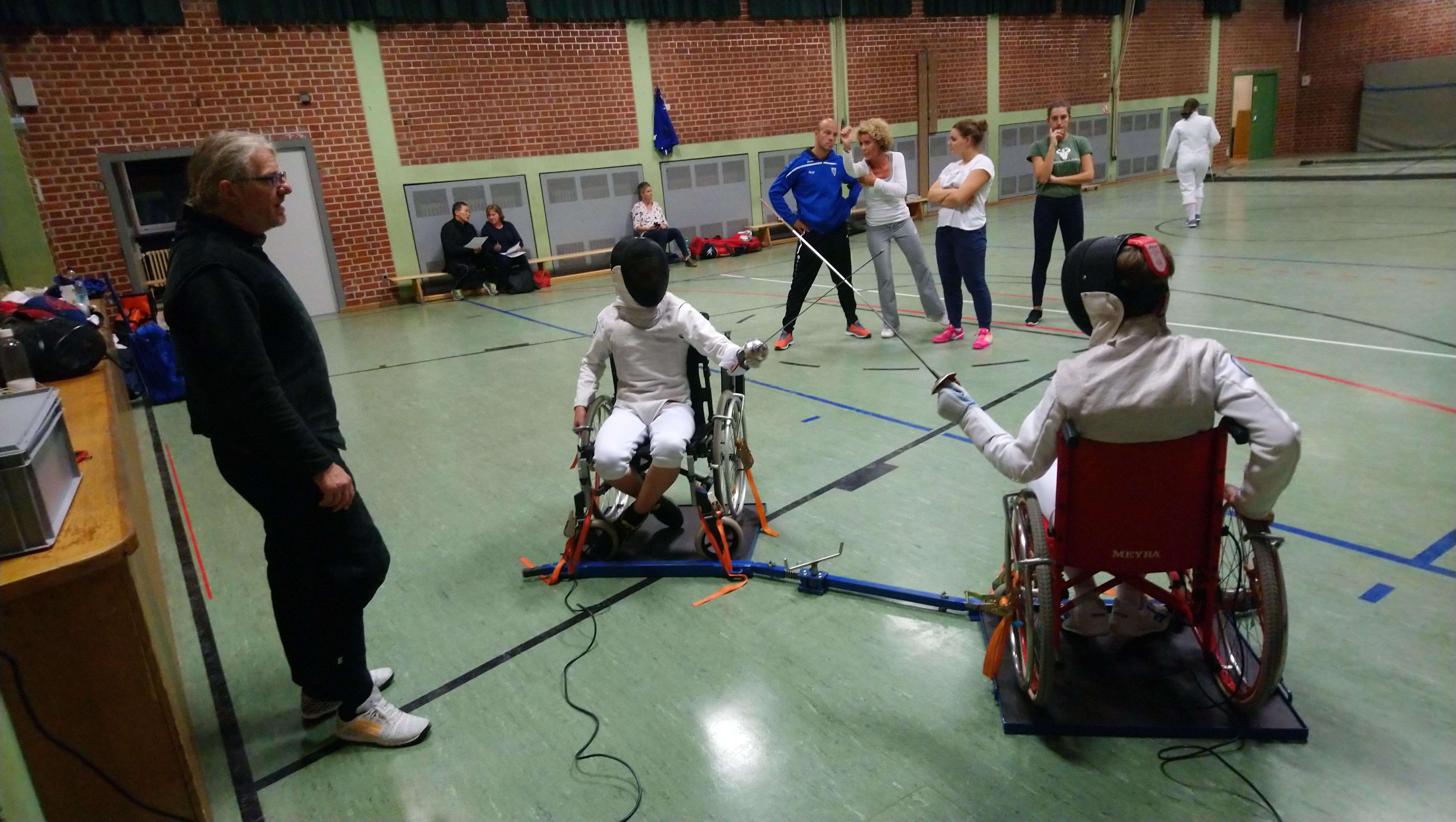 Dominik Nagel, Trainer beim Fechtclub Gröbenzell leitet ein Rollstuhlgefecht.